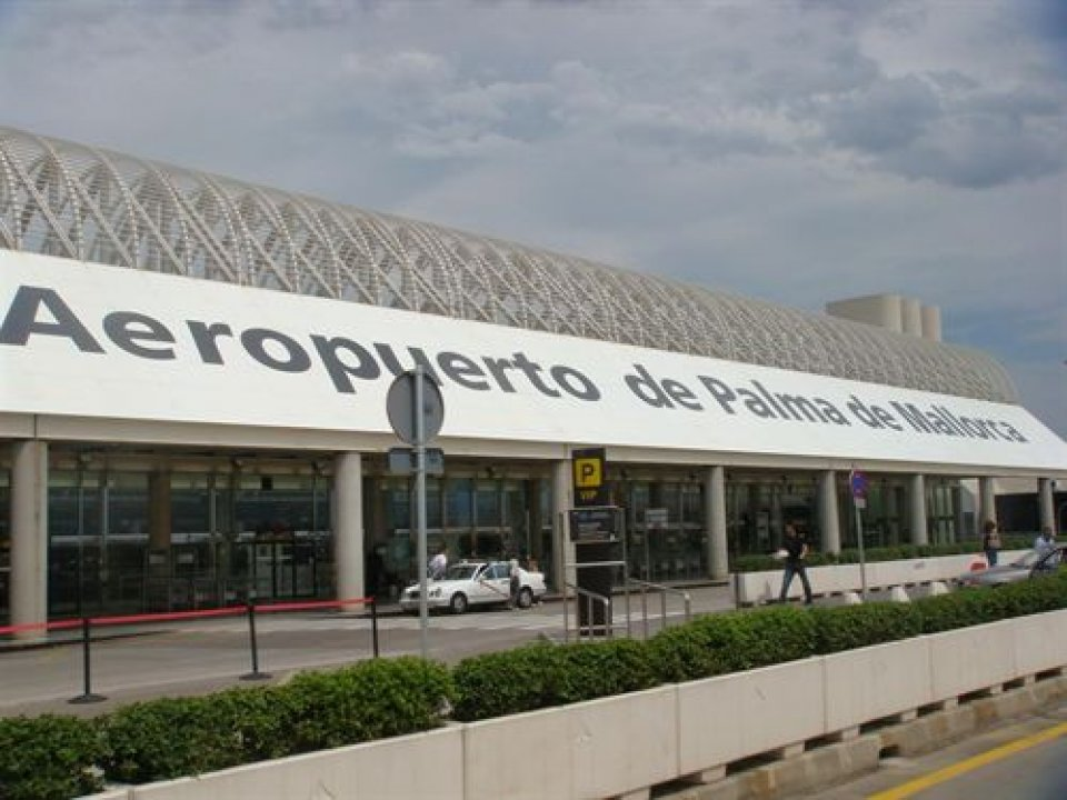 Rètol il·legal a l'aeroport de Palma.